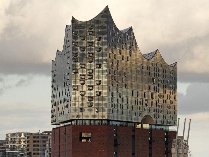 Germany, Hamburg: the Elbphilharmonie at the harbor of Hamburg; Deutschland, Hamburg: Blick vom Hafen zur Elbphilharmonie