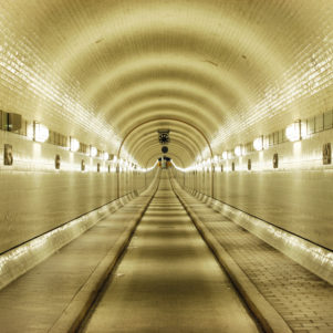 4021 / Hamburg: ALTER ELBTUNNEL, gebaut 1907-1911; durch ihn gelangt man von den Landungsbruecken auf die andere Elbseite; er ist auch eine technische Sehenswuerdigkeit - Alfred Buellesbach / VISUM, 2006 - Stichworte: Deutschland, Bundesrepublik, Germany, DEU, BRD, Hamburg, Architektur, Bauwerk, Sehenswuerdigkeit, technische, Stadt, Reise, Tunnel, Elbtunnel, alter, alt, Roehre, Tunnelroehre, Tunnelblick, Elbe, Verkehr, Verkehrsbau, Technik, Weg, Strecke, unterirdisch, Tunnelbau, Infrastruktur, Fahrbahn, St., Pauli, Denkmal, Verkehrstechnik [Jede Nutzung des Fotos ist honorarpflichtig gemaess derzeit gueltiger MFM Liste - Kontakt: Fotoagentur VISUM, Hamburg, T. (+49)40.28 40 82-0, mail@visum-images.com, www.visum-images.com]